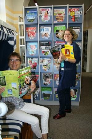Maria Müller und Sibylle Heinz stöbern gerne in dem großen Zeitschriftensortiment der Bücherei Münster.