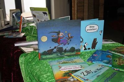 Die Bücherei stellte für den Kinderkinotag einen abwechslungsreichen Medientisch zur Verfügung.