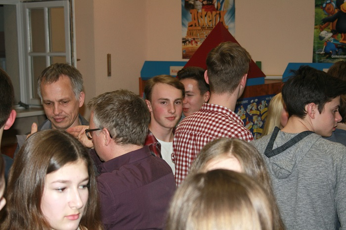 Ben Christ (Mitte) im Kreise der zahlreichen Besucher.