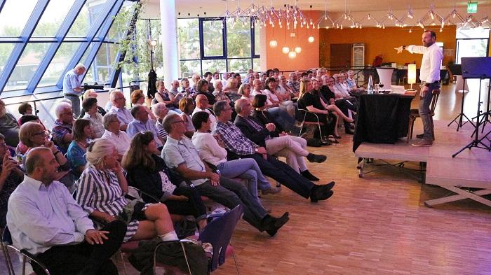 Jörg Becker bringt sein Publikum zum Lachen. Bild von Volker Heymann