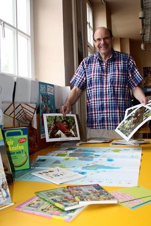 Bernhard Knitsch betreut seit mehreren Jahren die Faire Woche in der Bücherei Münster.