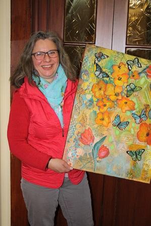 Julia Keller will mit ihren Bildern Menschen fröhlich stimmen und malt deshalb gerne Werke, die bunt und farbenfroh sind.
