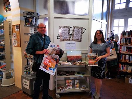 Bernhard Knitsch, Referent für Fairen Handel, hat gemeinsam mit Büchereileiterin Jasmin Frank-Holzfuß wieder eine informative Ausstellung zusammengestellt.