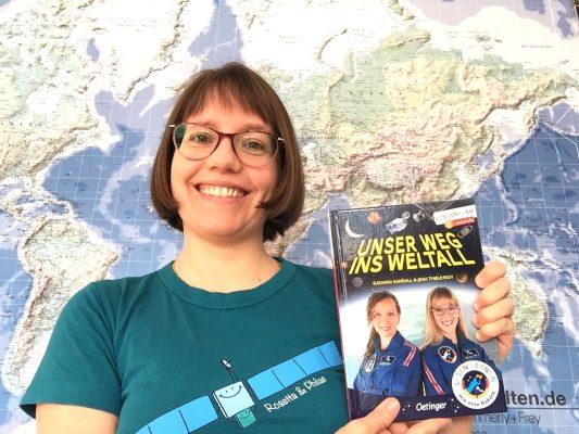 """Meike Mittmeyer-Riehl empfiehlt das Kinderbuch """"Unser Weg ins Weltall"""" von zwei Frauen, die als erste Deutsche auf die ISS fliegen wollen. Sie wollen mehr Mädchen für Technik und Naturwissenschaften begeistern."""